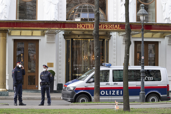 Police officers stand in front of Hotel Imperial where a delegation from Iran is staying in Vienna, Austria, Tuesday, ahead of indirect talks with the U.S. delegation as Joint Comprehensive Plan of Action (Jcpoa) countries aim to revive the 2015 Iran nuclear accord. [AP/YONHAP]