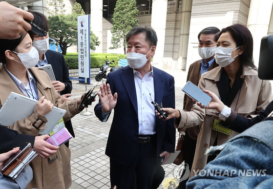 Kim Han-shin, chief of the South-North Economic Cooperation Research Center and one of the plaintiffs in a lawsuit filed by a North Korean company against South Korean businesses, speaks to reporters Tuesday after the trial. The North Korean company lost. [YONHAP]
