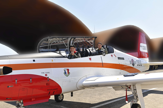 Air Force Chief of Staff Lee Seong-yong gives the thumbs up shortly before taking off to direct a training mission in a domestically-produced KT-1 aircraft at an air base in Sacheon, South Gyeongsang. Lee's flight took off on the 20th anniversary of the deployment of the KT-1. [NEWS1]