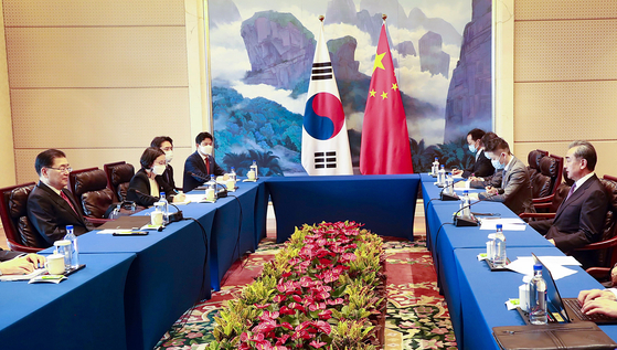 Korean Foreign Minister Chung Ui-yong, far left, has a meeting with his Chinese counterpart Wang Yi in Xiamen, China, April 3. [YONHAP]