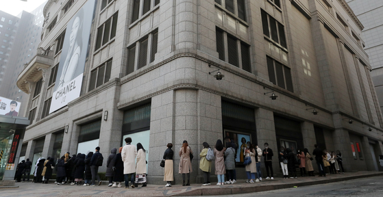 People lined up in front of a luxury brand store in Jung District, central Seoul last month. [YONHAP]