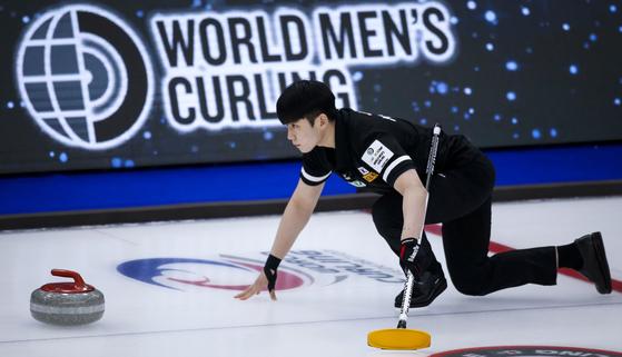 Korea skip Jeong Yeong-seok makes a shot against Team Canada at the men's World Curling Championships in Calgary, Alberta on Monday. [AP/YONHAP]
