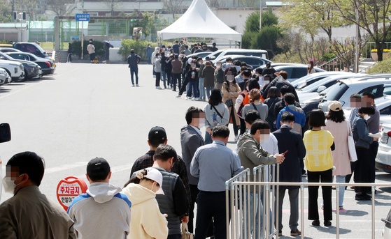 People line up to get tested for Covid-19 at Daejeon Hanbat Sports Complex on Wednesday as the city announced a hike in the social distancing level to Level 2 from Thursday. [NEWS 1]