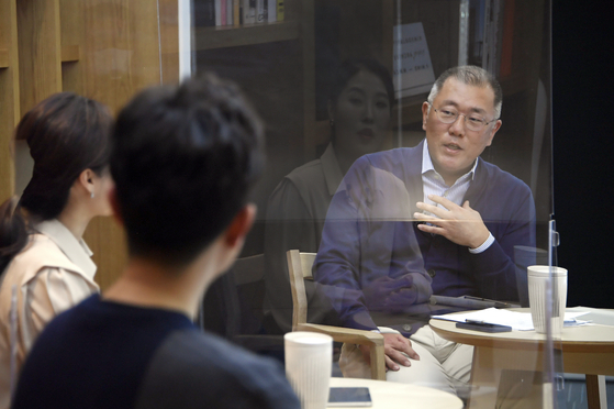 Hyundai Motor Group Chairman Euisun Chung talks during a town hall meeting held at the company's headquarters in Yangjae-dong, southern Seoul, on March 16. [HYUNDAI MOTOR]