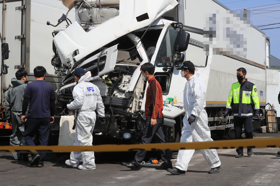 Police and National Forensic Service officials inspect the scene of the accident in Jeju on Wednesday. [YONHAP]