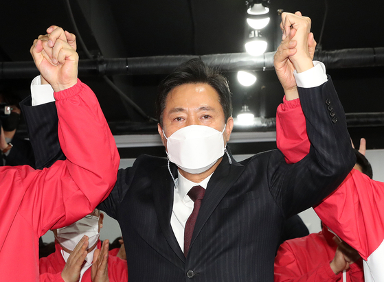 People Power Party Seoul mayoral candidate Oh Se-hoon expresses joy after an exit poll predicts his overwhelming victory in a by-election on Wednesday.  [YONHAP]