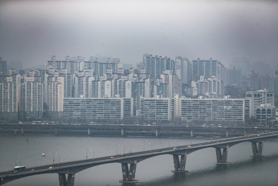 Views of apartments in Seoul on March 28. The government saw incresae in taxes collected in the first two months thanks to active real estates transactions earlier this year. [YONHAP]