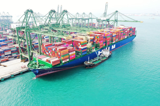 The HMM Nuri prepares to depart Singapore for Europe on Wednesday with 16,000 twenty-foot equivalent unit (TEU) containers on board. The container ship departed Busan on March 22 and stopped in Shanghai before reaching Singapore. [YONHAP]