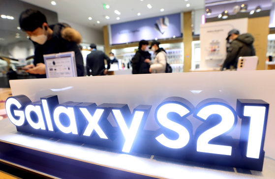 People test Samsung's Galaxy S21 smartphones on Jan. 15 in Seocho-dong, southern Seoul. [News1]