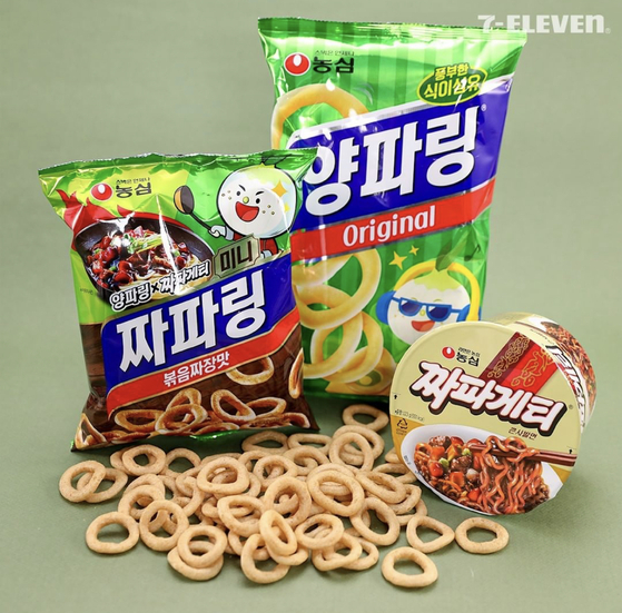 Nongshim put together flavors of its two products to make an onion snack that tastes like its instant noodle Jjapagetti. [NONGSHIM]