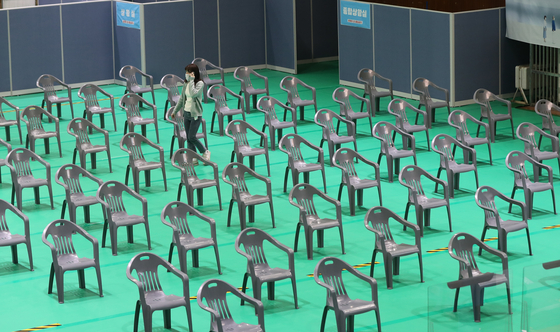 A vaccination center in Gwangju is empty on Thursday, as the government decided to suspend AstraZeneca vaccinations amid concern over some recipients experiencing blood clots. [YONHAP]