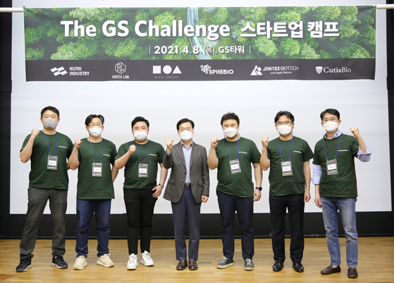 GS Holdings CEO Hong Soon-ky, fourth from left, poses for a photo with the heads of six start-ups selected for the company's accelerator program targeting green biotechnology start-ups on Thursday at GS Tower in Ganganm District, southern Seoul. [GS HOLDINGS]