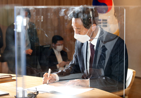 Seoul Mayor Oh Se-hoon begins his first day in office on Thursday. [YONHAP]