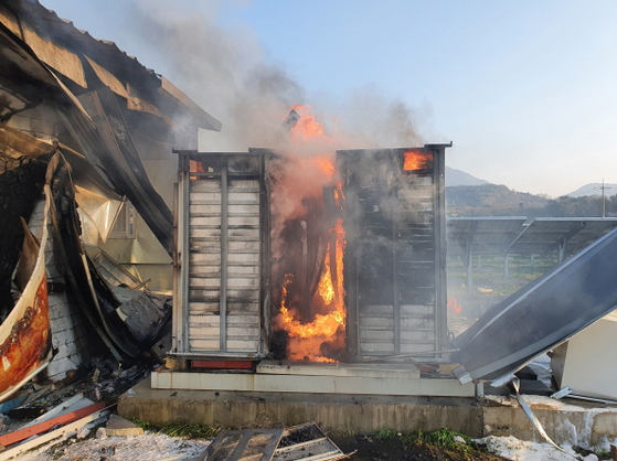 A fire burning a solar energy facility in Hongseong, South Chungcheong, on Wednesday afternoon. [YONHAP]