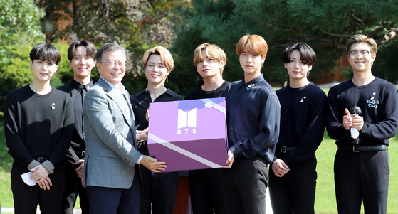 In this file photo, members of K-pop group BTS pose with President Moon Jae-in during the Youth Day ceremony at the Blue House on Sept. 19, 2020. [YONHAP]