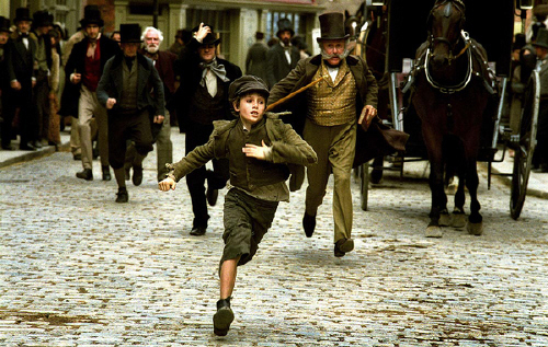 """A scene from """"Oliver Twist"""" (2005) based on a book by British novelist Charles Dickens. [JOONGANG PHOTO]"""