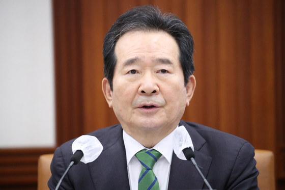 Prime Minister Chung Sye-kyun speaks at a Covid-19 response meeting on Friday. The government said it will keep the current social distancing levels for another three weeks, despite increases in new cases.  [YONHAP]
