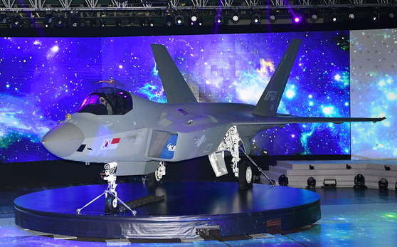 The KF-21 Boramae, a prototype of Korea's first indigenous fighter jet, is shown at the Korea Aerospace Industries' headquarters in Sacheon, South Gyeongsang on Friday. Korea started development of its own fighter jet in 2015, an 8.8-trillion-won project. The KF-21 Boramae will make a test flight in 2022 and complete development after 2026. [YONHAP]