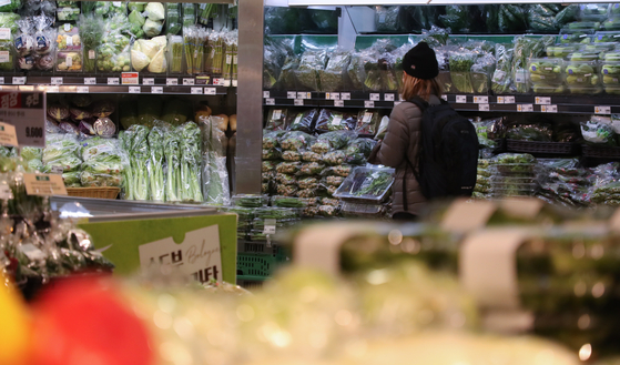 The vegetable section of a grocery store in Seoul in March 2021. While last year household average monthly spending fell, spending on groceries rose as more people stayed home due to Covid-19 social distancing restrictions. Burdens were heavier on low-income household as food and drink prices rose despite average inflation remained low. [YONHAP]