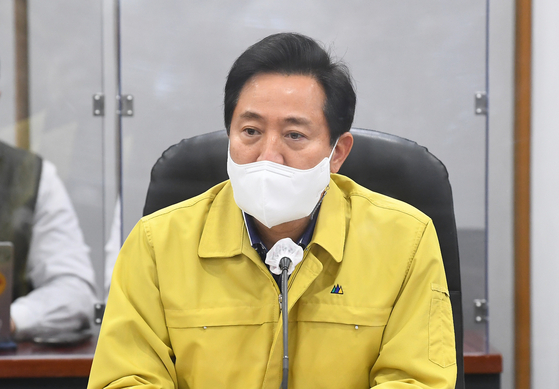 Seoul Mayor Oh Se-hoon speaks during the Covid-19 response meeting of the city government on Friday.  [NEWS1]