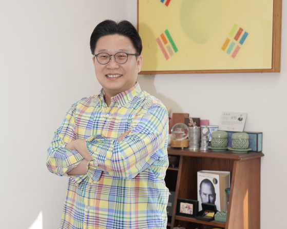 Seo Kyoung-duk, a professor of general education at Sungshin Women's University. Seo has been actively working to promote Korea and Korean culture overseas for over 25 years. [JEON TAE-GYU]