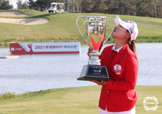 Lee So-mi kisses the trophy after claiming the win at the Lotte Rent-a-Car Ladies Open at Lotte Skyhill Country club on Jeju Island on Sunday. [KLPGA/YONHAP]