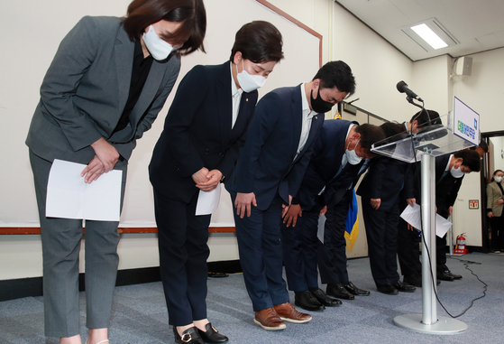 The leadership of the ruling Democratic Party bows after its crushing defeat in the April 7 mayoral by-elections in Seoul and Busan the next day. [OH JONG-TAEK]