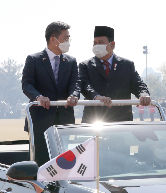 Defense Minister Suh Wook, left, and his Indonesian counterpart Prabowo Subianto review troops at the Ministry of Defense in Yongsan, Seoul on Thursday. [NEWS1]