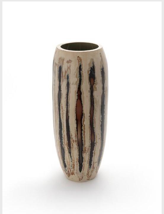 Artist Kim Dong-wan's lacquered ceramic vase. [COREANA COSMETICS MUSEUM]
