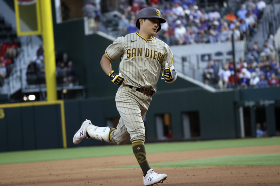 San Diego Padres shortstop Kim Ha-Seong Kim rounds the bases after hitting a home run during the seventh inning against the Texas Rangers at Globe Life Field on Sunday. [USA TODAY/YONHAP]