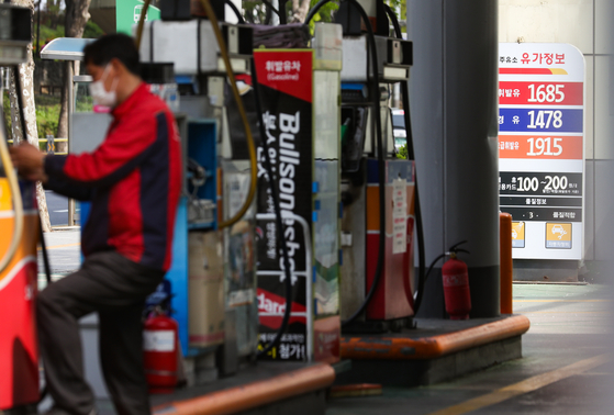A gas station in downtown Seoul, shows a liter of gasoline retailing for 1,685 won ($ 1.5) on Sunday. Gas prices have continued to rise for 20 consecutive weeks. However, that acceleration has slowed down last week as it only rose 1.1 won compared to the previous week to an average of 1,535 won per liter. [YONHAP]