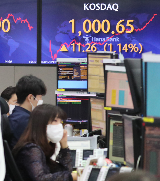 An electronic board at Hana Bank in Seoul shows the Kosdaq market closing above 1,000. It is the first time that the tech-heavy secondary market has exceeded 1,000 in two decades, since the market was rallying on the dot.com boom. [YONHAP]