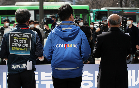 A committee dedicated to preventing deaths of deliverymen from overwork demands Coupang come up with countermeasures to prevent similar incidents at a press event held in front of the e-commerce operator's headquarters in Songpa District, southern Seoul, on March 8. [NEWS1]