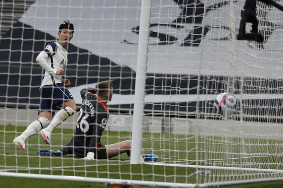 Tottenham's Son Heung-min scores his side's opening goal during the Premier League match between Tottenham Hotspur and Manchester United on Sunday at Tottenham Hotspur Stadium in London. [AP/YONHAP]