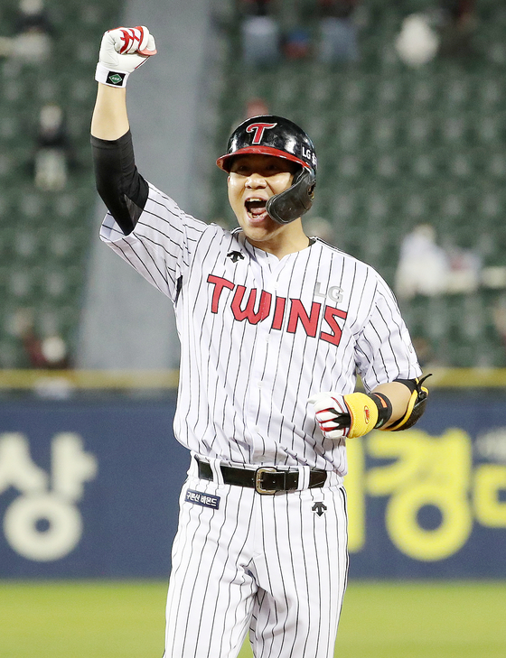 Kim Min-sung of the LG Twins cheers after hitting a double in the sixth inning against the SSG Landers in southern Seoul on Friday. [NEWS1]