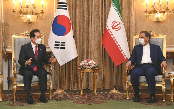Korean Prime Minister Chung Sye-kyun, left, holds talks with Iranian First Vice President Eshaq Jahangiri in Tehran Sunday, kicking off a three-day visit. The two held a joint press conference after the talks. [NEWS1]