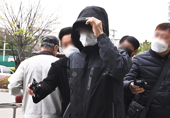 A Korea Land and Housing Corp. employee suspected of using inside information to buy land heads to his warrant review at the Ansan branch of the Suwon Regional Court in Gyeonggi on Monday. [NEWS1]