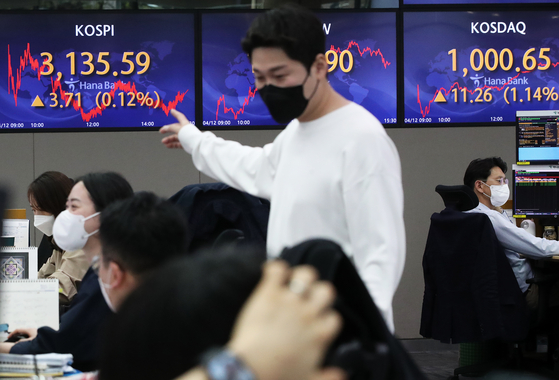 A screen in Hana Bank's trading room in central Seoul shows the Kospi closing at 3,135.59 points on Monday, up 3.71 points, or 0.12 percent from the previous trading day. The Kosdaq closed at 1,000.65 points, up 11.26 points, or 1.14 percent from the previous trading day. [NEWS1]