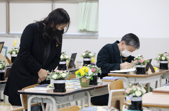 The memorial for the 261 Danwon High School students who fell victim to the sunken ferry Sewol on April 16, 2014, is unveiled to the public on Monday. The memorial, in Ansan, Gyeonggi, is a replica of a classroom at Danwon High School. [NEWS1]
