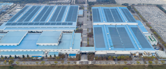 A Hyundai Motor production plant in Ulsan on April 13. The Korean automaker halted its production line between April 12 and 13 due to a shortage of automobile semiconductors related to the power train controller unit. [YONHAP]