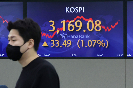 A screen in Hana Bank's trading room in central Seoul shows the Kospi closing at 3,169.08 points on Monday, up 33.49 points, or 1.07 percent from the previous trading day. [NEWS1]