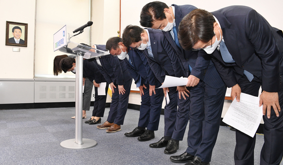 Members of the ruling Democratic Party's Supreme Council bow Thursday after announcing their decision to resign to take responsibility for the party's crushing defeats in Wednesday's by-elections. [YONHAP]