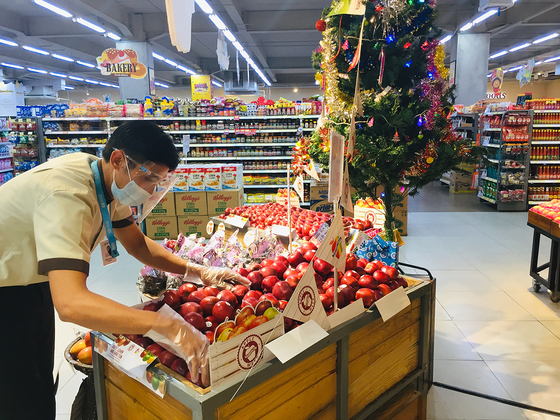 An employee stacks fruit at a GS Supermarket in Indonesia. GS Retail on April 13 announced that it has succeeded in securing roughly 32 billion won ($2.8 million) from Indonesian investment firm PT NIS. The investment will help increase the number of GS stores to 20 by 2025. [GS SUPERMARKET]