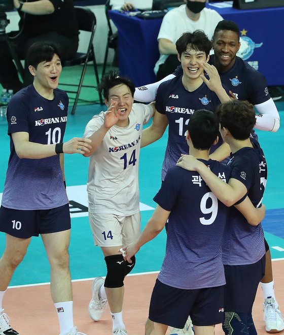 The Incheon Korean Air Jumbos, including libero Oh Eun-ryul, second from left, cheer during the second game of the V league championship series at Gyeyang Arena in Incheon on Monday. [NEWS1]
