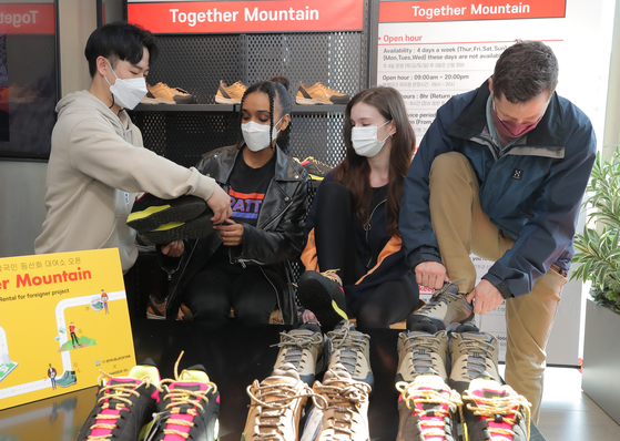 Foreign models attend an event at outdoor fashion brand Black Yak's store in Gangbuk District, northern Seoul, on April 13. The outdoor brand is starting a new service where it rents hiking shoes to foreign visitors for free. The shoes will be available at its stores in Ui-dong in Gangbuk District. [YONHAP]