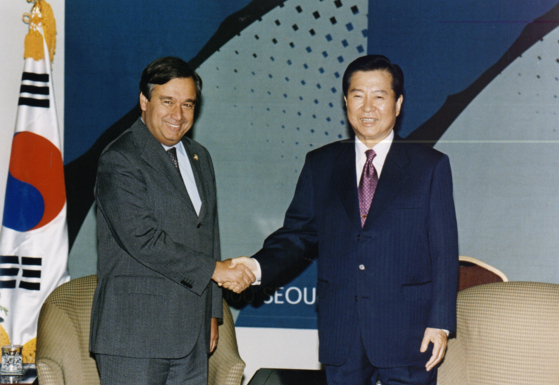 Antonio Guterres, left, meets with President Kim Dae-jung in 2000 in Korea. Guterres, the ninth United Nations secretary-general, was then the prime minister of Portugal and president of the European Council. [MINISTRY OF THE INTERIOR AND SAFETY OF KOREA]