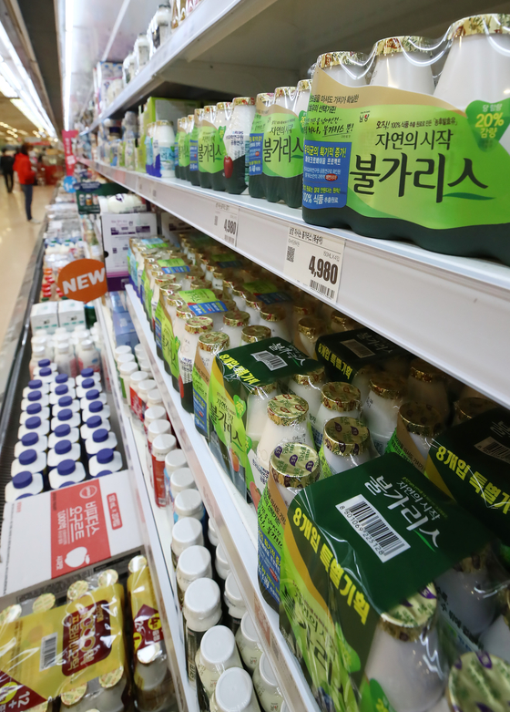 Namyang Dairy Products' Bulgaris yogurt is displayed in a big discount store in downtown Seoul on Wednesday. Shares spiked to 489,000 won ($440) during morning trading on Wednesday after the company claimed its yogurt reduces the chance of Covid-19 infection, but plunged to close at 360,500 won. [YONHAP]