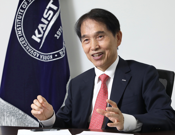 KAIST President Lee Kwang-hyung speaks at the university's Seoul campus in Dogok-dong, southern Seoul, on April 11. [PARK SANG-MOON]