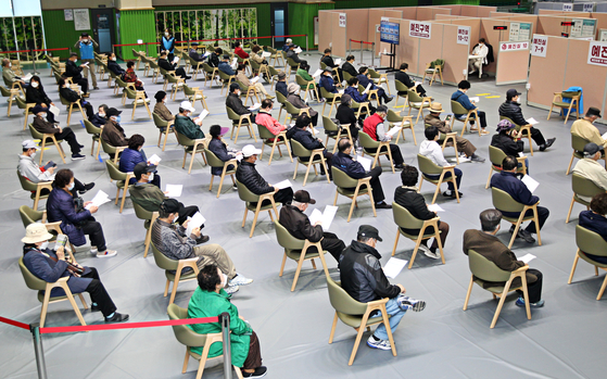 Senior citizens wait to get Pfizer shots at a Covid-19 vaccination center in the Sadang Sports Complex in Seoul on Wednesday. [YONHAP]