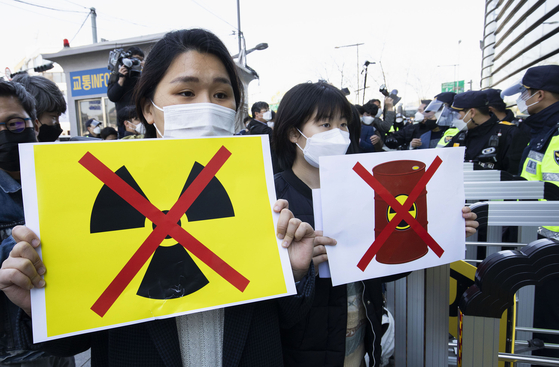 People protest against Japan's decision to dump radioactive wastewater from the crippled Fukushima Daiichi nuclear power plant into the Pacific Ocean outside Japanese embassy in Seoul on Wednesday.  [XINHUA]